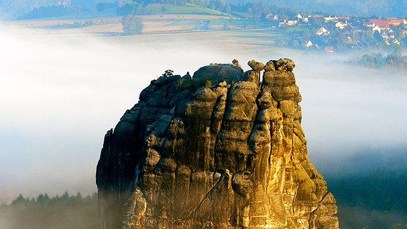 Der 'Vater aller Kletterfelsen' - der Falkenstein in der Sächsischen Schweiz. 1864 zum ersten Mal bestiegen und bis heute Schauplatz faszinierender Kletterei. (Foto: Thorsten Kutschke)