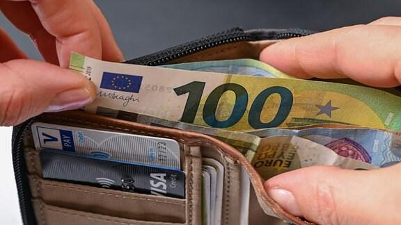 Viele Eurobanknoten stecken in einer Geldbörse