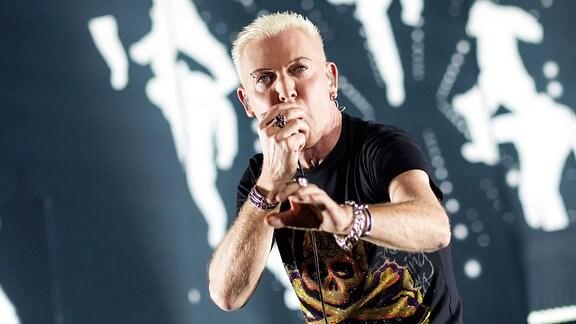 H.P. Baxxter von Scooter live bei einem Konzert der 100% Scooter - 25 Years Wild & Wicked -Tour in der Messehalle Erfurt.