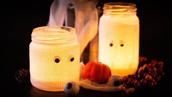 Mumienteelichter leuchten in Halloween-Deko