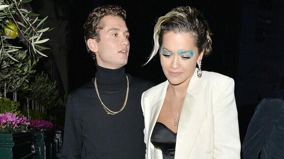 Rita Ora und Rafferty Law bei Nacht Arm in Arm.