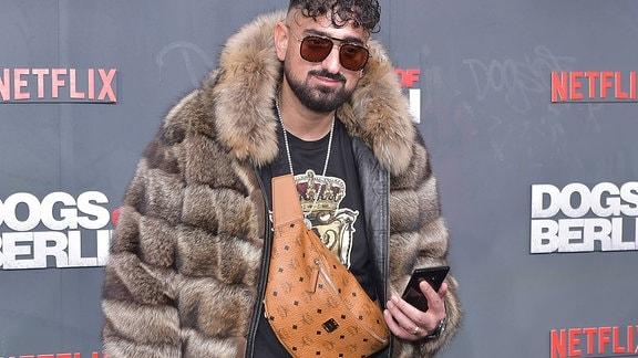 Rapper Haftbefehl, bürgerlich Aykut Anhan, ist ein türkeistämmiger deutscher Rapper am schwarzen Teppich zur Weltpremiere von DOGS OF BERLIN im Kino International.