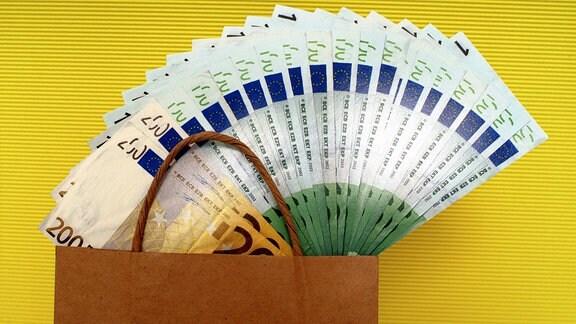 Geld in einer Tüte