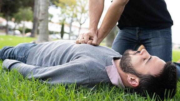Bei einem Mann wird eine Herzdruckmassage durchgeführt