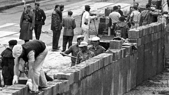 Bau der Berliner Mauer am Postdamer Platz 1961