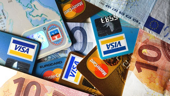 Geldscheine und verschiedene Kreditkarten liegen 2014 zusammen