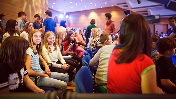 Kinder im Zuschauerraum