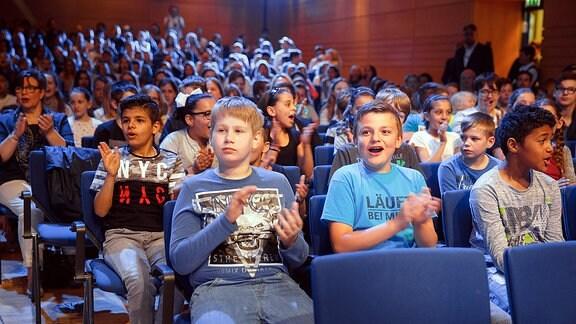 Zuschauer klatschen beim Finalkonzert zum Händel-Experiment