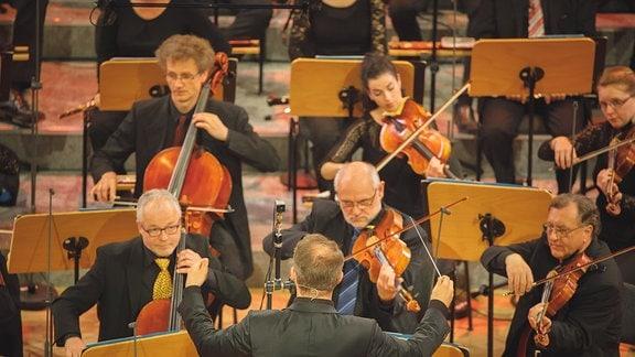 Dirigent und Streicher beim Finalkonzert zum Händel-Experiment