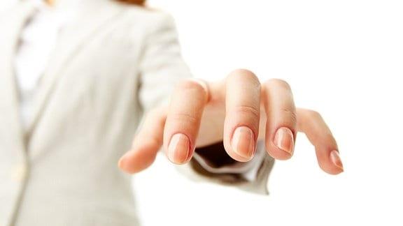 Eine Frau streckt ihre Finger aus.