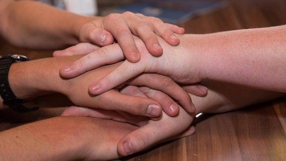 Übereinandergelegte Hände