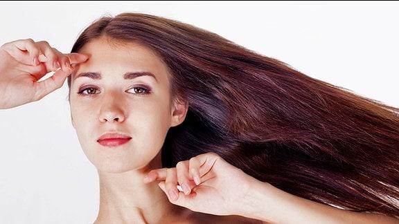 Eine junge Frau mit dunklen, langen Haaren