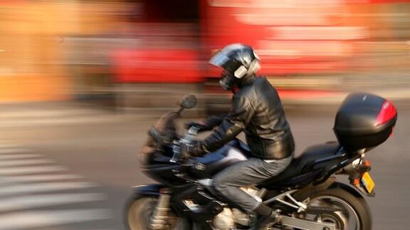 Motorradfahrer in Bewegung.