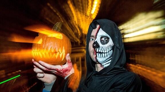 Ein als Halloweengeist verkleiderter Mann