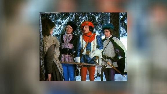 Der Prinz und seine zwei Begleiter stellen das Aschenbrödel zur Rede, weil es dem Prinzen einen Schneeball an den Kopf geworfen hatte.