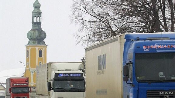Ausländische Lastkraftwagen fahren durch den kleinen sächsischen Ort Hochkirch auf der Bundesstraße 6 zwischen Bautzen und Löbau