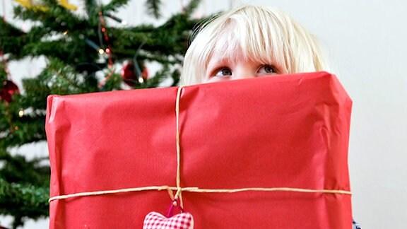 Kind hält Paket