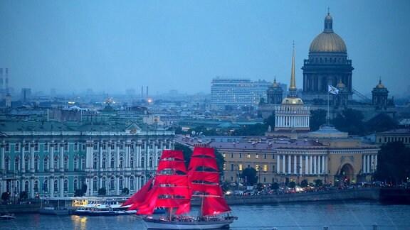 rotes Schiff auf Kanal in St. Petersburg