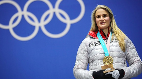 Natalie Geisenberger aus Deutschland freut sich bei der Medaillenvergabe ihre Goldmedaille.