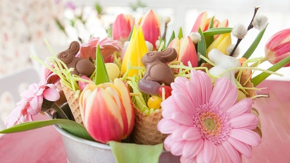 leine Osternester in Waffeltüten in buntem Blumenstrauss