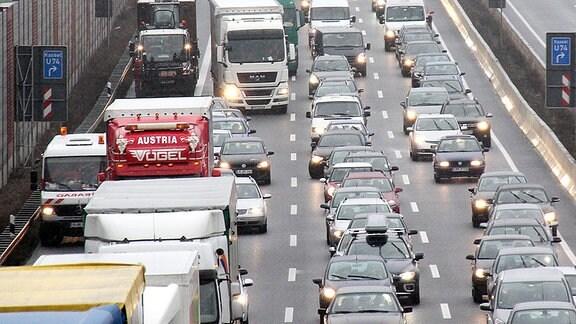 Autos stehen auf einer Autobahn im Stau.