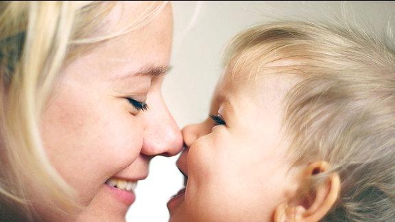 Ein Mädchen mit einem lachenden Baby