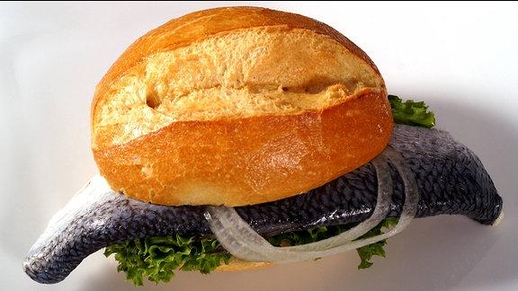 Ein Fischbrötchen mit Bismarckhering
