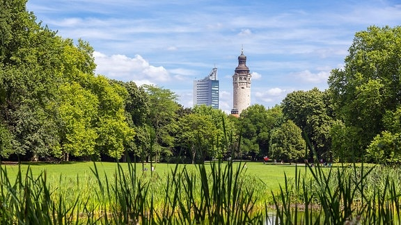 Blick vom Johannapark zur Innenstadt mit City-Hochhaus und Turm vom Neuen Rathaus, Leipzig (Sachsen)