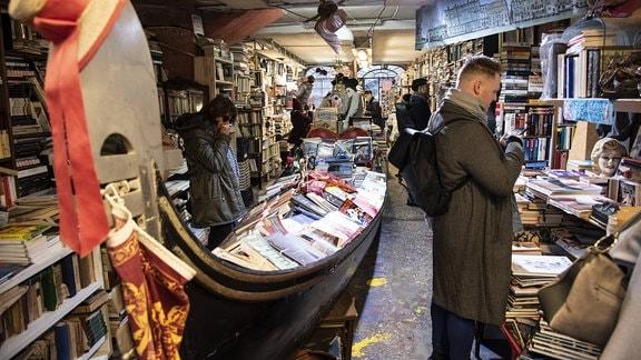 Touristen in der Buchhandlung Libreria Acqua Alta in Venedig