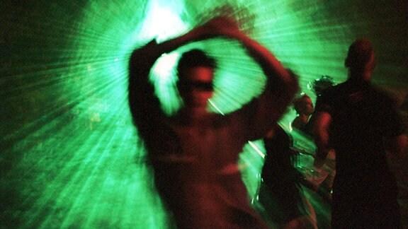 Tanzende Partygäste anlässlich einer Techno-Party im Haus der Kulturen der Welt in Berlin.