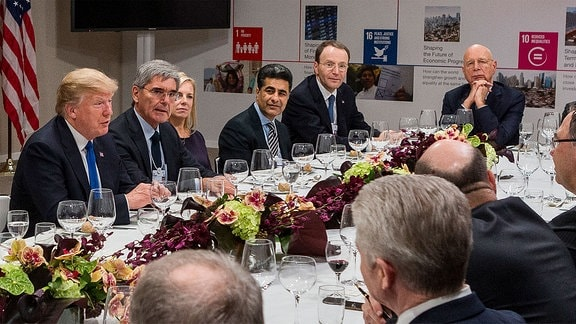 Davos 2018 Dinner-Tafel mit Donald Trump, Prof. Klaus Schwab und Europas Wirtschaftselite beim Weltwirtschaftsforum in Davos 2018.