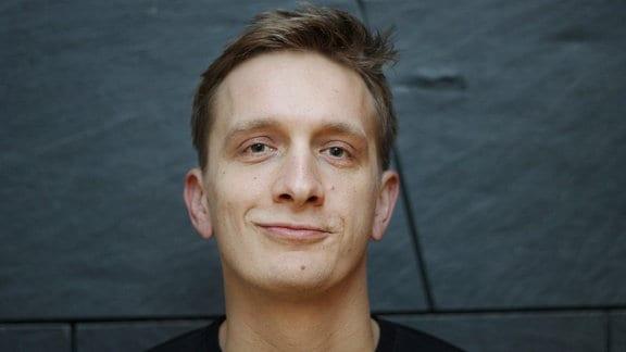 Portrait Felix Kummer (alias Felix Brummer, Frontmann von Kraftklub) zu Gast beim MDR KULTUR Café am 14.10.2019