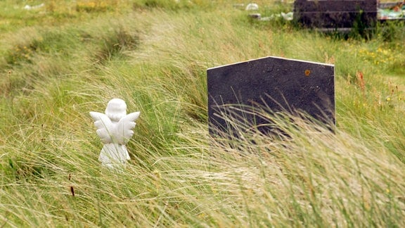 Engel vor dem Grab eines Kindes auf einem Friedhof in Killaeny im Galway County - Aran Islands in Irland.