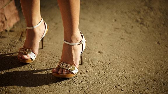 Frau auf hohen Sandaletten