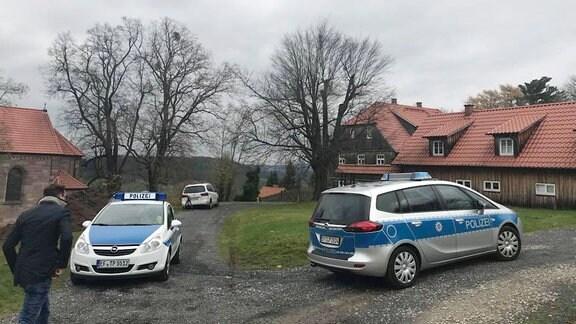 Polizeiwagen auf einem Hof.