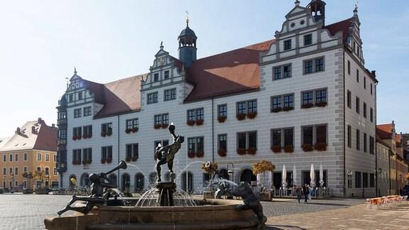 Springbrunnen auf dem Marktplatz vor dem Rathaus in Torgau.