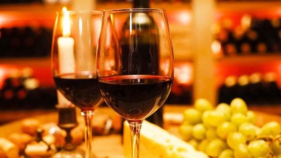 Zwei Gläser Rotwein.