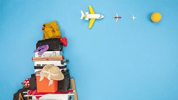 Ein Stapel Koffer, Taschen, Strandmatten ...