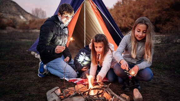 Kinder beim Zelten