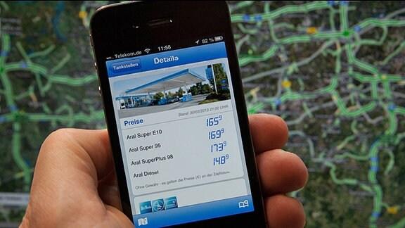 Ein Smartphone zeigt Benzinpreise