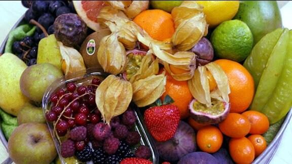Verschiedene Sorten Obst liegen auf einem Teller.