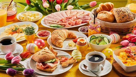 Reich gedeckter Frühstückstisch für zwei Personen.