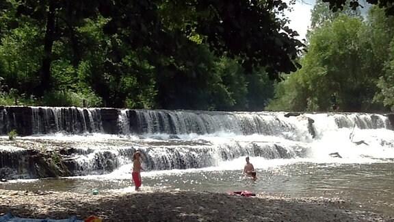 Menschen biem Baden in einem Fluss