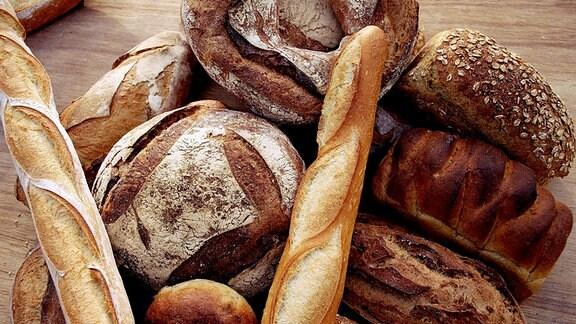 Verschiedene Sorten Brot liegen übereinander