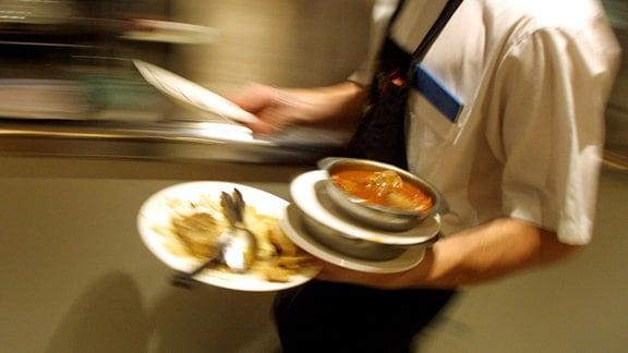 Ein Kellner serviert Speisen