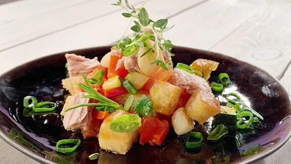 Rustikaler Brotsalat mit Thunfisch