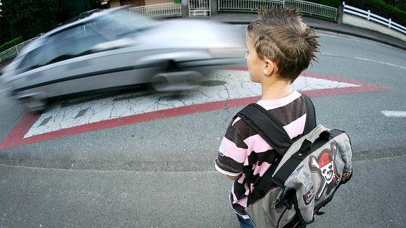 Ein Kind im Straßenverkehr