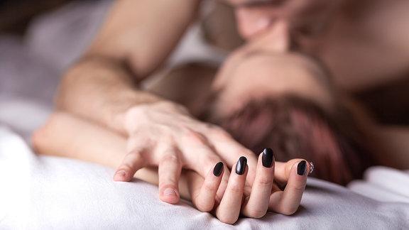 Ein Mann und eine Frau im Bett