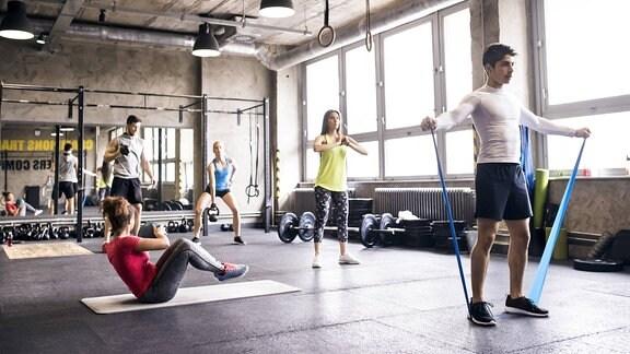Mehrere Personen beim Fitnesstraining