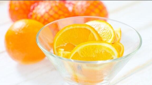 Orangen auf dem Tisch.